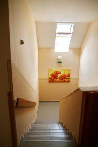 Idősotthon lépcsőház képe
